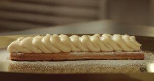 Caramelizing un shugar en la crema en la torta de la pasta de hojaldre con la lámpara de soldar de la cocina almacen de video