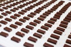 Caramella coperta di cioccolato ad una fabbrica della caramella Immagini Stock