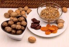 Caramella dei tartufi delle palle della noce con le albicocche secche, date Fotografia Stock