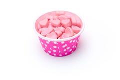 Caramella del cuore in tazze di carta del pois rosa immagine stock