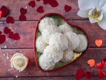 Caramella della noce di cocco in uno spazio di legno della copia del fondo del cuore del fiore rosso dell'orchidea Fotografia Stock Libera da Diritti