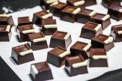 Caramella di cioccolato con il riempimento, i dadi ed i frutti Fotografia Stock Libera da Diritti