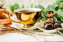 Caramella di cioccolato cruda casalinga Barre delle risatine con la tazza di caffè Fotografia Stock