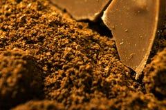 Caramella di cioccolato su un mucchio del caffè Fotografie Stock Libere da Diritti