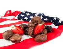 Caramella di cioccolato sulla bandiera americana Fotografie Stock