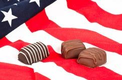 Caramella di cioccolato sulla bandiera americana Fotografie Stock Libere da Diritti