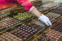 Caramella di cioccolato in una finestra di deposito fotografia stock