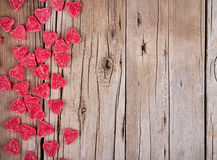 Caramella di forma del cuore sulla plancia di legno Fotografia Stock Libera da Diritti