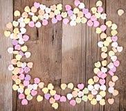 Caramella di forma del cuore sulla plancia di legno Immagine Stock Libera da Diritti