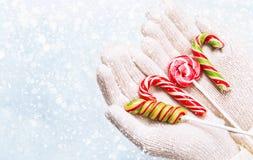 Caramella di Natale in mani Fotografie Stock