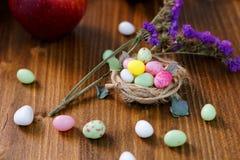 Caramella di Pasqua nel nido Fotografie Stock Libere da Diritti