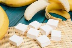 Caramella gommosa e molle e banana sulla tavola Fotografia Stock Libera da Diritti