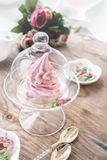 Caramella gommosa e molle rosa delicata della mela fatta a mano in un vaso trasparente di vetro congratulisi segno di attenzione  immagine stock
