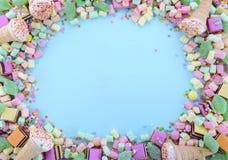 Caramella variopinta luminosa sulla tavola di legno blu-chiaro Immagini Stock Libere da Diritti