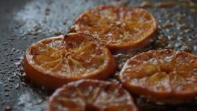 Caramellare le arance per la mousse di cioccolato con gelatina arancio video d archivio