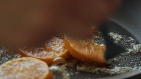 Caramellare le fette arancio per la mousse del cocolate con gelatina arancio stock footage