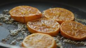 Caramellare le fette arancio per la mousse del cocolate con gelatina arancio archivi video