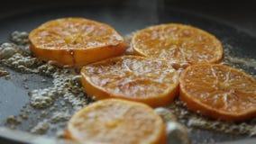 Caramellare le fette arancio per la mousse del cocolate con gelatina arancio video d archivio