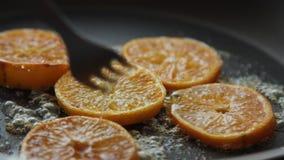 Caramellare le fette arancio per la mousse di cioccolato con gelatina arancio archivi video