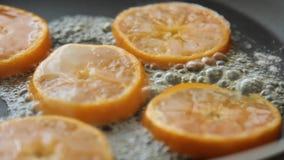 Caramellare le fette arancio per la mousse di cioccolato con gelatina arancio stock footage