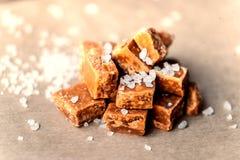 caramelle Alta vista salato dei pezzi e del sale marino del caramello e superiore vicina Fotografie Stock Libere da Diritti
