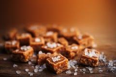 caramelle Alta vista salato dei pezzi e del sale marino del caramello e superiore vicina Immagine Stock Libera da Diritti