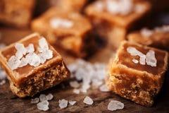 caramelle Alta vista salato dei pezzi e del sale marino del caramello e superiore vicina Immagine Stock