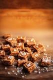 caramelle Alta vista salato dei pezzi e del sale marino del caramello e superiore vicina Fotografia Stock