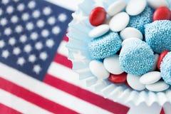 Caramelle con la bandiera americana sulla festa dell'indipendenza Immagine Stock
