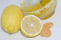 Caramelle del miele, del limone e di zucchero per la tosse fotografia stock