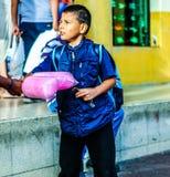 Caramelle dell'affare del ragazzo nella città di Puyo nell'Ecuador Immagine Stock Libera da Diritti