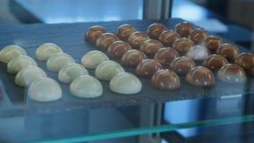 Caramelle di cioccolata bianca e del cioccolato nella finestra del negozio Fotografie Stock Libere da Diritti