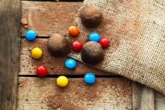 Caramelle di cioccolato colorate su fondo di legno Fotografie Stock Libere da Diritti