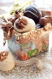 Caramelle di cioccolato in contenitore di regalo Immagine Stock