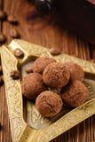 Caramelle di cioccolato del tartufo con cacao in polvere Immagini Stock Libere da Diritti