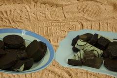 Caramelle di cioccolato deliziose su fondo di legno Fotografie Stock