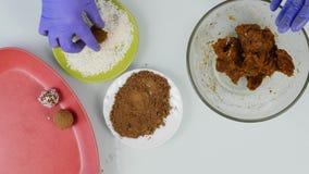 Caramelle di cioccolato fatte a mano della preparazione a casa Il confettiere produce i dessert Decorando e rendendo a cioccolato stock footage