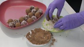 Caramelle di cioccolato fatte a mano della preparazione a casa Il confettiere produce i dessert Decorando e rendendo a cioccolato video d archivio