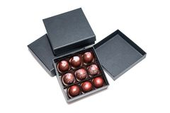 Caramelle di cioccolato nei giftboxes isolati su fondo bianco Confetteria assortita del cioccolato in loro contenitori di regalo  Fotografie Stock