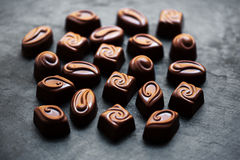 Caramelle di cioccolato - raccolta delle caramelle di cioccolato Bella macro belga del contenitore di tartufi Fotografia Stock