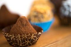 Caramelle di cioccolato sul piatto di legno Fotografia Stock Libera da Diritti