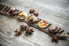 Caramelle di cioccolato svizzere con i dadi ed i frutti secchi Fotografie Stock Libere da Diritti