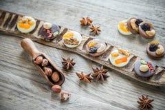 Caramelle di cioccolato svizzere con i dadi ed i frutti secchi Fotografie Stock