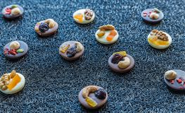Caramelle di cioccolato svizzere con i dadi ed i frutti secchi Immagine Stock Libera da Diritti