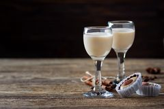 Caramelle dolci e liquore di caffè crema irlandese fotografia stock libera da diritti