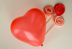 Caramelle dolci rosse con il pallone del cuore Giorno felice del ` s del biglietto di S. Valentino con fondo nero Fotografie Stock