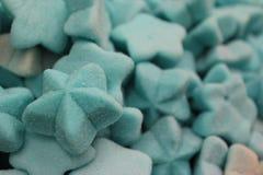 Caramelle e fondo a forma di stella blu dei dolci fotografie stock