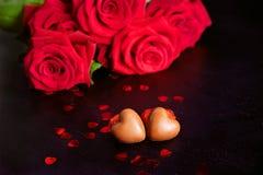 Caramelle e rose rosse del cuore del cioccolato del presente di giorno del ` s del biglietto di S. Valentino Fotografia Stock