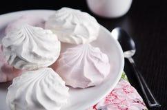 Caramelle gommosa e molle bianche e rosa dolci sul piatto immagini stock libere da diritti