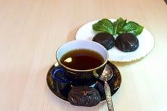 Caramelle gommosa e molle del cioccolato e una tazza di t? nero fotografie stock libere da diritti